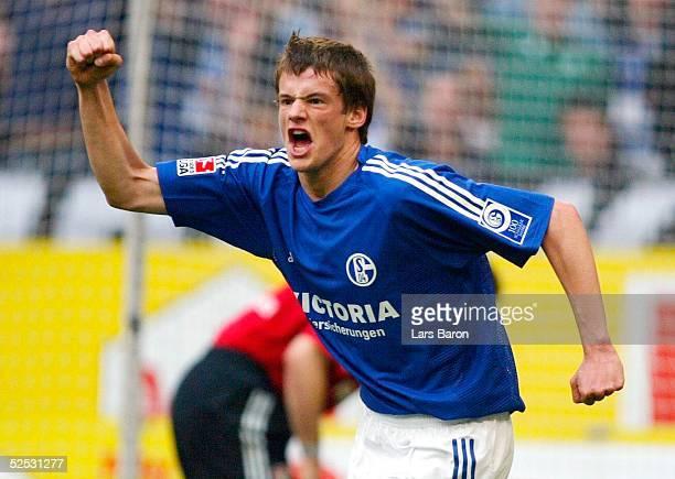 Fussball 1 Bundesliga 03/04 Gelsenkirchen FC Schalke 04 Bayer 04 Leverkusen Jubel zum 11 Michael DELURA / Schalke 170404
