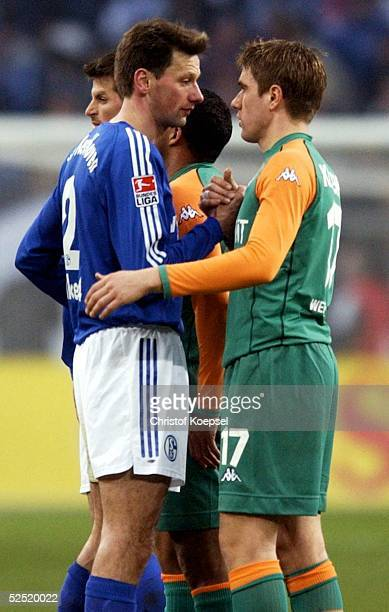 Fussball 1 Bundesliga 03/04 Gelsenkirchen FC Schalke 04 SV Werder Bremen 00 Nico van Kerckhoven / Schalke und Ivan KLASNIC / Bremen geben sich...