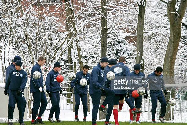 Fussball 1 Bundesliga 03/04 Hamburg Hamburger SV / Training Training im Schnee 290104
