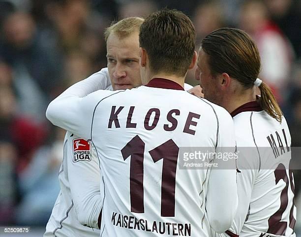 Fussball: 1. Bundesliga 03/04, Hannover; Hannover 96 - 1. FC Kaiserslautern 0:1; Verhaltener Kaiserslauterer Jubel. Marian HRISTOV, links,...