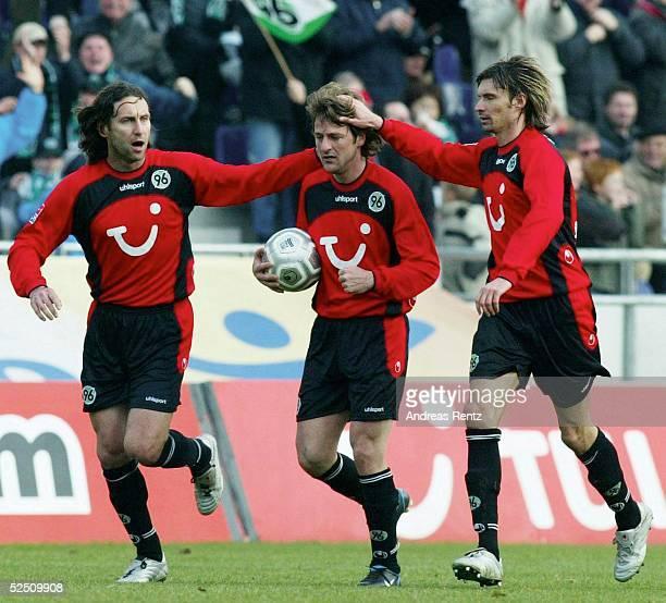 Fussball: 1. Bundesliga 03/04, Hannover; Hannover 96 - Borussia Dortmund 1:1; Nebojsa KRUPNIKOVIC, Thomas CHRISTIANSEN und Thomas BRDARIC / Hannover...