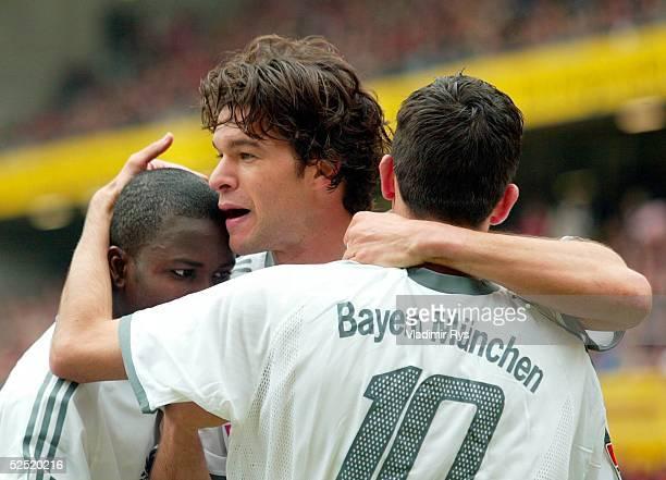 Fussball 1 Bundesliga 03/04 Kaiserslautern 1 FC Kaiserslautern FC Bayern Muenchen 02 Jubel nach dem Tor zum 01 Samuel KUFFOUR Michael BALLACK...
