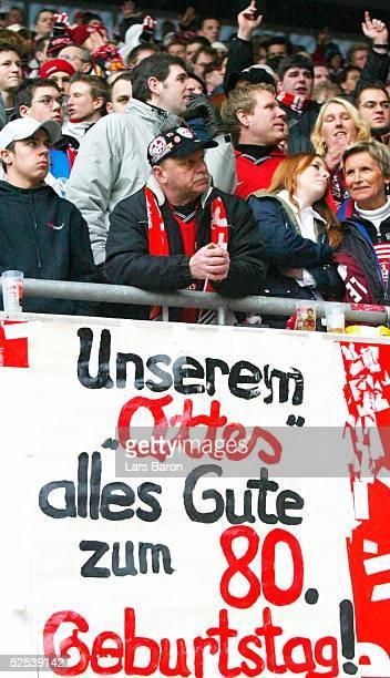 Fussball 1 Bundesliga 03/04 Kaiserslautern 1 FC Kaiserslautern Eintracht Frankfurt FCKFans gratulieren ihrem Ottmar WALTER zum 80 Geburtstag 060304