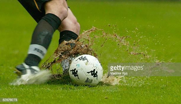 Fussball 1 Bundesliga 03/04 Kaiserslautern 1 FC Kaiserslautern VfL Wolfsburg 32 Spezial Ball und Beine 080504
