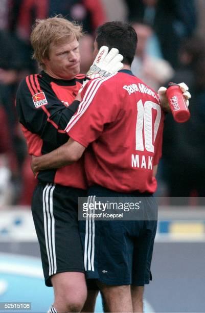 Fussball 1 Bundesliga 03/04 Koeln 1 FC Koeln FC Bayern Muenchen 12 Torwart Oliver KAHN drueckt Roy MAKAAY / Bayern weiss aber auch dass die...