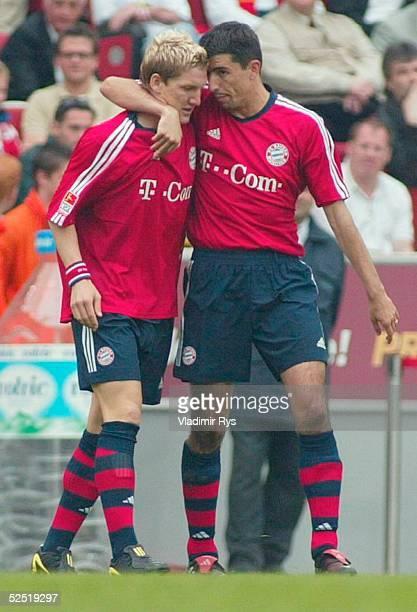 Fussball 1 Bundesliga 03/04 Koeln 1 FC Koeln FC Bayern Muenchen 12 Jubel nach dem Tor zum 12 durch Bastian SCHWEINSTEIGER rechts Roy MAKAAY / Bayern...