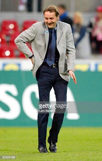 Fussball: 1. Bundesliga 03/04, Koeln; 1. FC Koeln - VfL Bochum 1:2; Trainer Peter NEURURER / Bochum tanzt nach dem Sieg fuer die Fans 18.04.04.