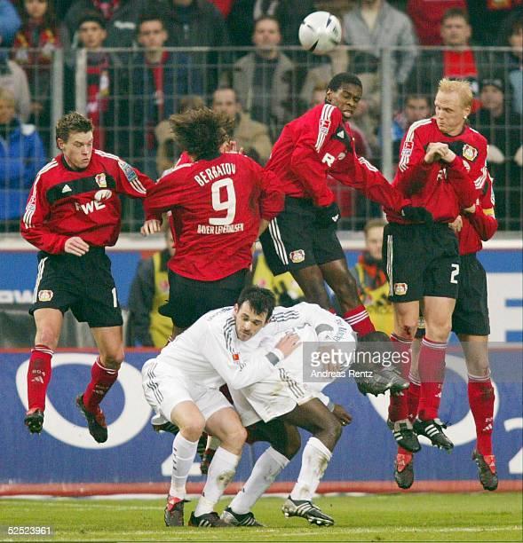 Fussball 1 Bundesliga 03/04 Leverkusen Bayer 04 Leverkusen FC Bayern Muenchen 13 Die Leverkusener Hanno BALITSCH Dimitar BERBATOV JUAN und Carsten...
