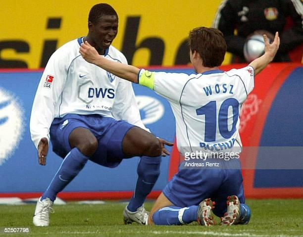 Fussball: 1. Bundesliga 03/04, Leverkusen; Bayer 04 Leverkusen - VfL Bochum; Torschuetze Mamadou DIABANG und Dariusz WOSZ / beide Bochum jubeln ueber...