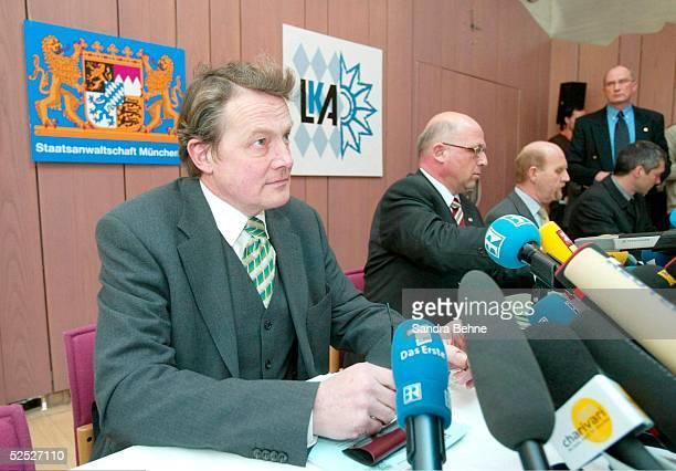 Fussball: 1. Bundesliga 03/04, Muenchen; 1860 Muenchen / Pressekonferenz zum Bestechungsskandal im Zusammenhang mit dem Bau der Allianz Arena; v.l.:...