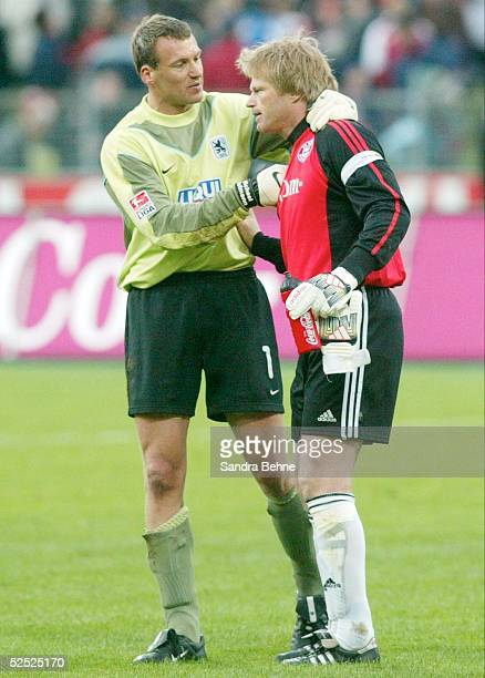 Fussball 1 Bundesliga 03/04 Muenchen FC Bayern Muenchen 1860 Muenchen 10 Torwart Michael HOFMANN / 1860 gratuliert Torwart Oliver KAHN / Bayern zum...