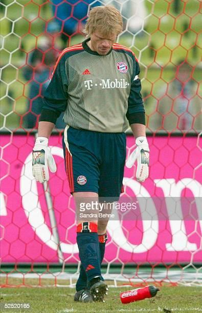 Fussball 1 Bundesliga 03/04 Muenchen FC Bayern Muenchen FC Hansa Rostock Torwart Oliver KAHN / Bayern tritt gegen seine Getraenkeflasche nach dem...