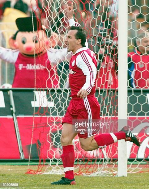 Fussball: 1. Bundesliga 03/04, Muenchen; FC Bayern Muenchen - FC Hansa Rostock; Jubel zum 1:0 durch Jens JEREMIES / Bayern 13.03.04.