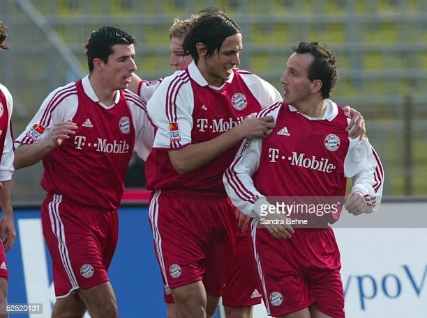 Fussball: 1. Bundesliga 03/04, Muenchen; FC Bayern Muenchen - FC Hansa Rostock; Torjubel zum 1:0 durch Jens JEREMIES, Roy MAKAAY, Roque SANTA CRUZ /...