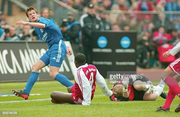 Fussball 1 Bundesliga 03/04 Muenchen FC Bayern Muenchen FC Schalke 04 Torwar Oliver KAHN wird nach einem Zusammenstoss wegen eine Verletzung...