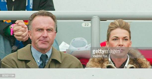 Fussball: 1. Bundesliga 03/04, Muenchen; FC Bayern Muenchen - FC Schalke 04 2:1; Vizepraesident Karl-Heinz RUMMENIGGE / Bayern mit Ehefrau Martina...