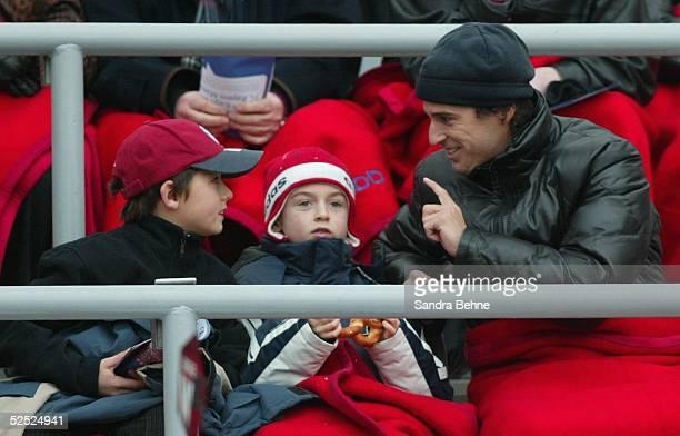 Fussball 1 Bundesliga 03/04 Muenchen FC Bayern Muenchen Hamburger SV Mehmet SCHOLL / Bayern mit seinem Sohn Lukas Lulian 210204