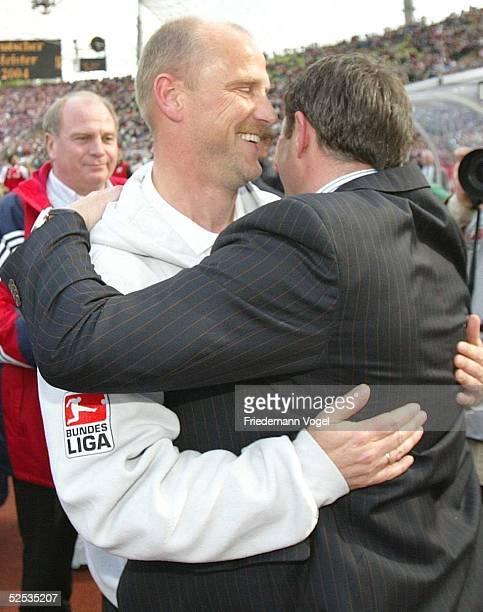 Fussball 1 Bundesliga 03/04 Muenchen FC Bayern Muenchen SV Werder Bremen 13 Jubel Trainer Thonas SCHAAF Sportdirektor Klaus ALLOFS / Bremen 080504