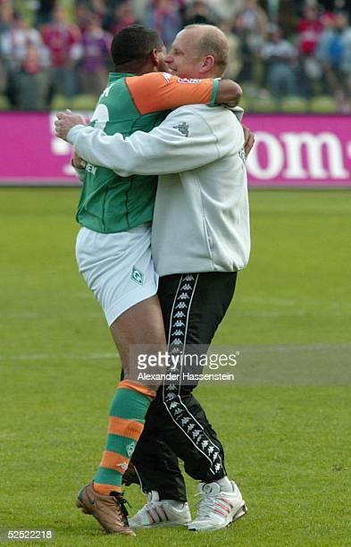 Fussball: 1. Bundesliga 03/04, Muenchen; FC Bayern Muenchen - SV Werder Bremen; AILTON mit seinem Trainer Thomas SCHAAF / Trainer Bremen, nach dem...