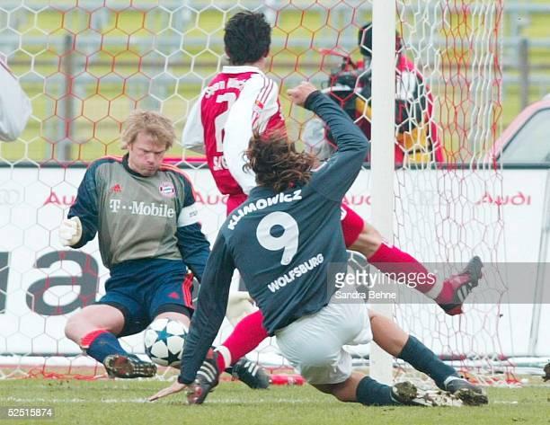 Fussball 1 Bundesliga 03/04 Muenchen FC Bayern Muenchen VfL Wolfsburg vl Torwart Oliver KAHN Willy SAGNOL / beide Bayern Diego KLIMOWICZ / Wolfsburg...
