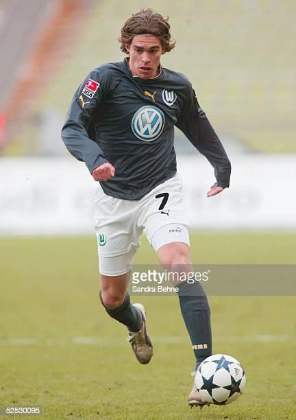 Fussball 1 Bundesliga 03/04 Muenchen FC Bayern Muenchen VfL Wolfsburg Patrick WEISER / Wolfsburg 280204