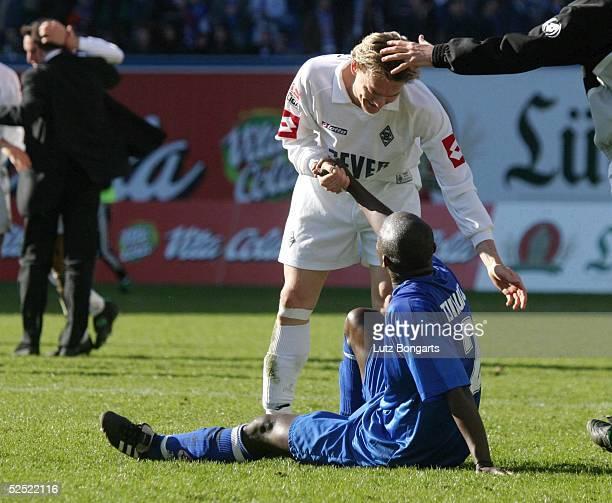 Fussball 1 Bundesliga 03/04 Rostock FC Hansa Rostock Borussia Moenchengladbach Gladbach freut sich Rostock am Boden hier Razundara TJIKUZU mit Ivo...