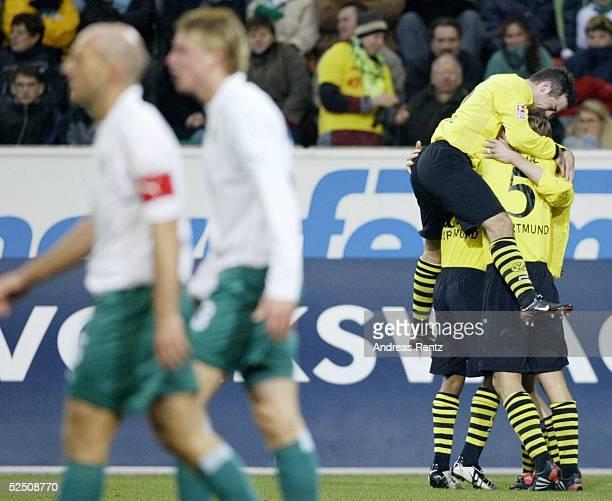Fussball: 1. Bundesliga 03/04, Wolfsburg; VfL Wolfsburg - Borussia Dortmund; Stefan SCHNOOR, Maik FRANZ / beide Wolfsburg. Die Dortmunder Niclas...