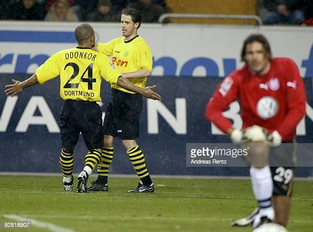 Fussball 1 Bundesliga 03/04 Wolfsburg VfL Wolfsburg Borussia Dortmund David ODONKOR und Torschuetze Lars RICKEN jubeln ueber den 24 Treffer Rechts...
