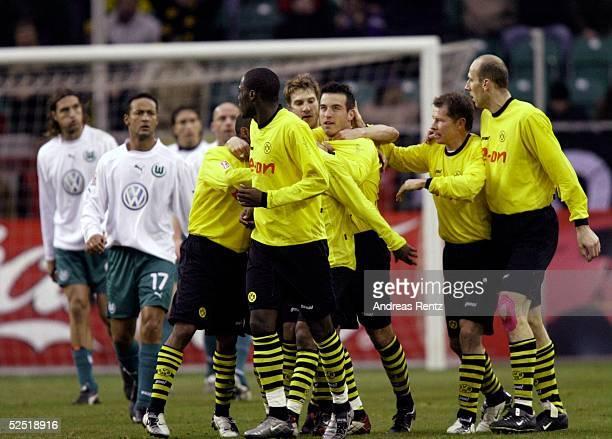 Fussball 1 Bundesliga 03/04 Wolfsburg VfL Wolfsburg Borussia Dortmund 24 Die Dortmunder Guy DEMEL Torsten FRINGS Niclas JENSEN Stefan REUTER und Jan...