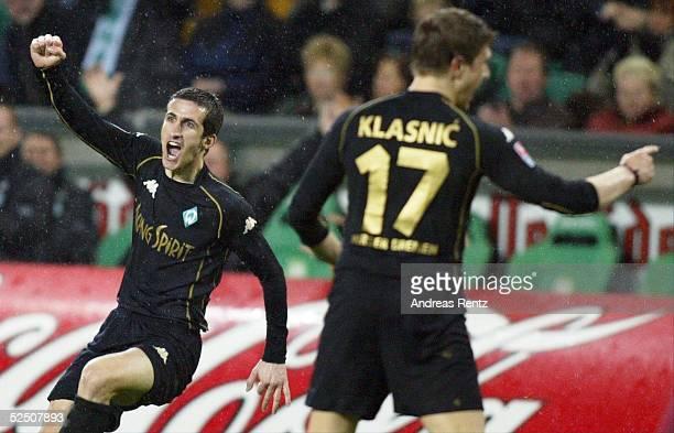Fussball 1 Bundesliga 03/04 Wolfsburg VfL Wolfsburg SV Werder Bremen 02 Grenzenloser Jubel bei Bremens Johan MICOUD nach seinem Treffer zum 02 Rechts...