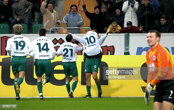 Fussball 1 Bundesliga 03/04 Wolfsburg VfL Wolfsburg TSV 1860 Muenchen Jubel nach dem 31 Thomas RYTTER Marko TOPIC Martin PETROV Andreas D'ALESSANDRO...