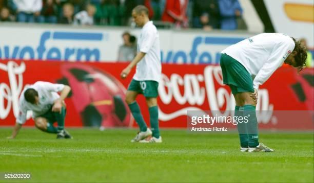 Fussball 1 Bundesliga 03/04 Wolfsburg VfL Wolfsburg VfB Stuttgart Entaeuschte Wolfsburger Spieler sitzen stehen nach Spielschluss KO auf dem Platz...