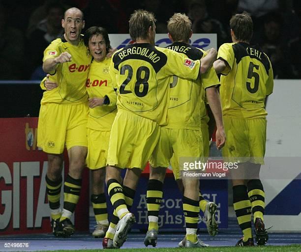 Fussball: 1. Bundesliga 04/05, Berlin; Hertha BSC Berlin - Borussia Dortmund; Torschuetze Jan KOLLER, Tomas ROSICKY, Andre BERGDOELMO, Florian...