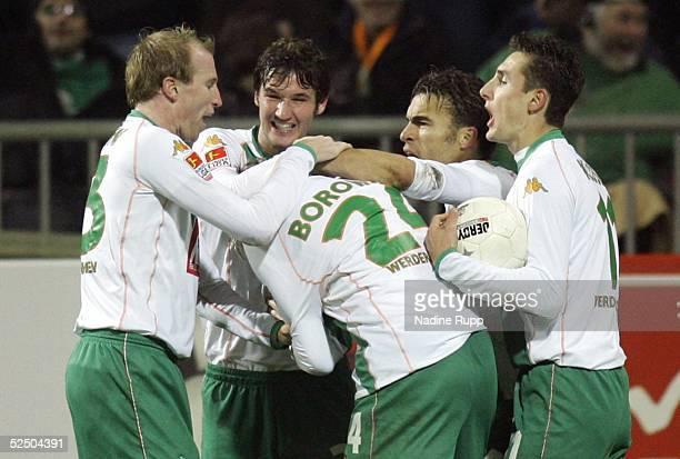 Fussball 1 Bundesliga 04/05 Bremen SV Werder Bremen 1 FC Kaiserslautern 11 Jubel zum 11 fuer Werder durch Tim BOROWSKI vlnr Petri PASANEN Christian...