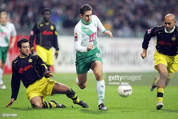 Fussball 1 Bundesliga 04/05 Bremen SV Werder Bremen Borussia Dortmund Niclas JENSEN / Dortmund Miroslav KLOSE / Bremen DEDE / Dortmund 271104