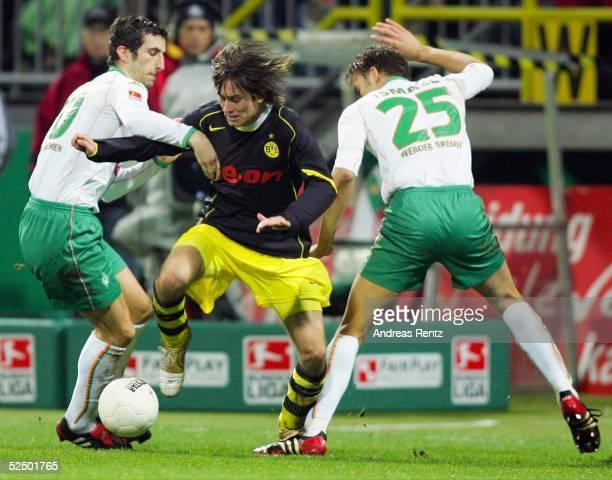 Fussball 1 Bundesliga 04/05 Bremen SV Werder Bremen Borussia Dortmund Johan MICOUD / Bremen Tomas ROSICKY / Dortmund Valerien ISMAEL / Bremen 271104