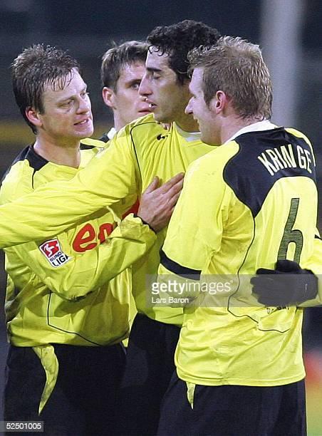 Fussball 1 Bundesliga 04/05 Dortmund Borussia Dortmund SC Freiburg Jubel nach dem Spiel Christian WOERNS Sebastian KEHL Ahmed MADOUNI Florian KRINGE...