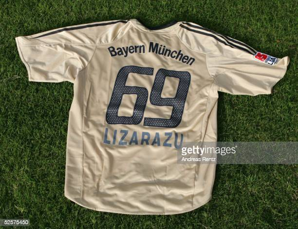 Fussball: 1. Bundesliga 04/05, Dubai; FC Bayern Muenchen / Trainingslager; Bixente LIZARAZU bekommt das Trikot mit der 69. Er selbst wuenscht sich...