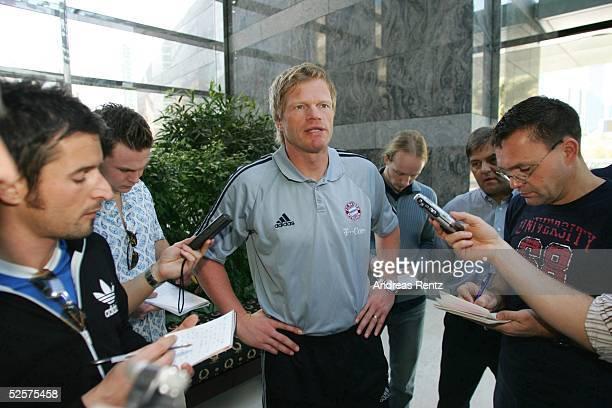 Fussball 1 Bundesliga 04/05 Dubai FC Bayern Muenchen / Trainingslager Torwart Oliver KAHN in einer Interviewrunde mit deutschen Journalisten 060105