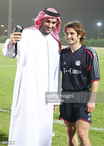 Fussball 1 Bundesliga 04/05 Dubai FC Bayern Muenchen / Trainingslager Bixente LIZARAZU mit einem Scheich 080105