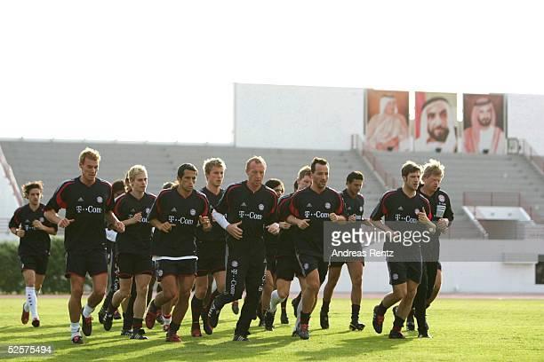 Fussball 1 Bundesliga 04/05 Dubai FC Bayern Muenchen / Trainingslager Die Bayern werden auf dem Polizei Stadion von den wichigsten drei Maenner...