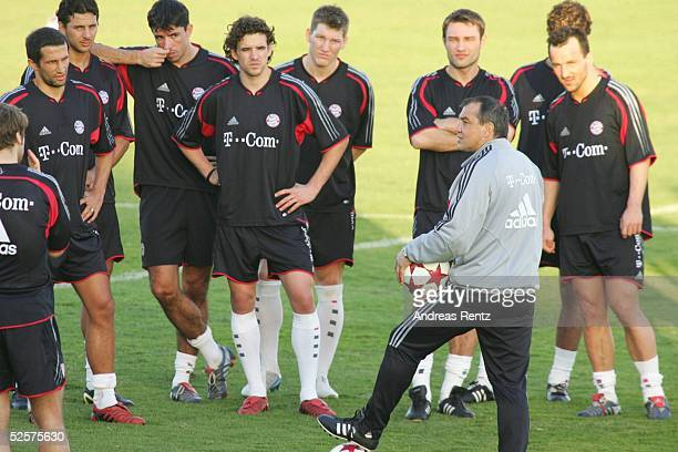 Fussball 1 Bundesliga 04/05 Dubai FC Bayern Muenchen / Trainingslager Trainer Felix MAGATH bei einer Teamansprache 060105