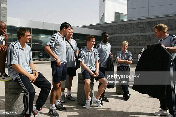 Fussball 1 Bundesliga 04/05 Dubai FC Bayern Muenchen / Trainingslager Oliver KAHN zeigt seinen Anzug was seine Teamkollegen mit Lachen quittieren...