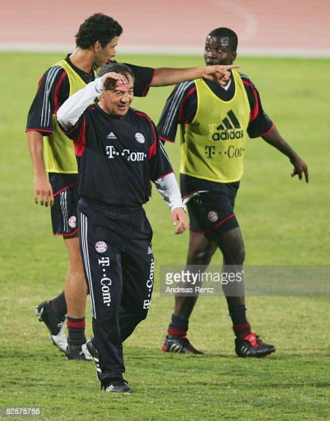 Fussball 1 Bundesliga 04/05 Dubai FC Bayern Muenchen / Trainingslager Trainer Felix MAGATH verlaesst nach dem Trainigsspiel den Platz Hinten Claudio...