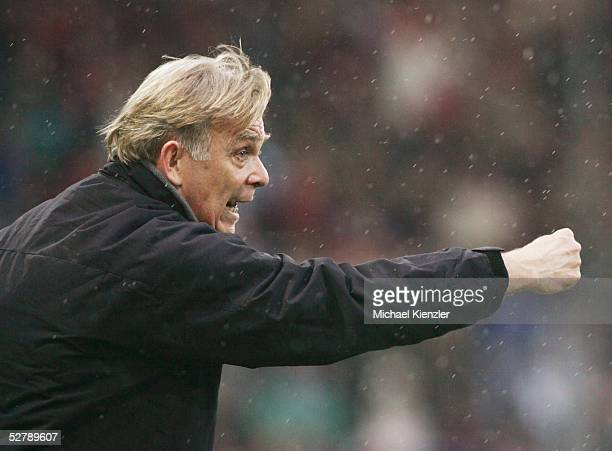 Fussball 1 Bundesliga 04/05 Freiburg 120205SC Freiburg Hannover 96Freiburgs Trainer Volker Finke