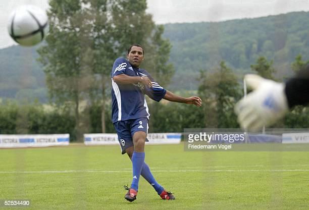 Fussball 1 Bundesliga 04/05 Gaienhof / Hemmenhofen FC Schalke 04 / Trainingslager / Training Waerend die Mannschaft zum Testspiel faehrt muss AILTON...