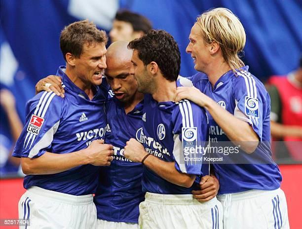 Fussball 1 Bundesliga 04/05 Gelsenkirchen FC Schalke 04 Borussia Moenchengladbach 32 Jubel nach dem 22 Ebbe SAND Torschuetze Gustavo VARELA LINCOLN...