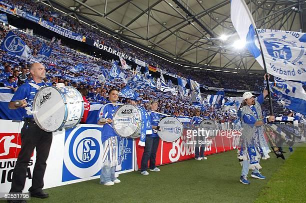 Fussball 1 Bundesliga 04/05 Gelsenkirchen FC Schalke 04 FC Hansa Rostock 02 Schalker Fans vor dem Spiel 280804