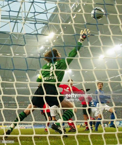 Fussball: 1. Bundesliga 04/05, Gelsenkirchen; FC Schalke 04 - SC Freiburg 1:1; Tor zum 1:0 durch Mladen KRSTAJIC / Schalke, Torwart Richard GOLZ /...