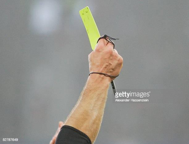 Fussball : 1. Bundesliga 04/05, Hamburg, 29.01.05;Hamburger SV - FSV Mainz 05;Ein Schiedsrichter zeigt die Gelbe Karte